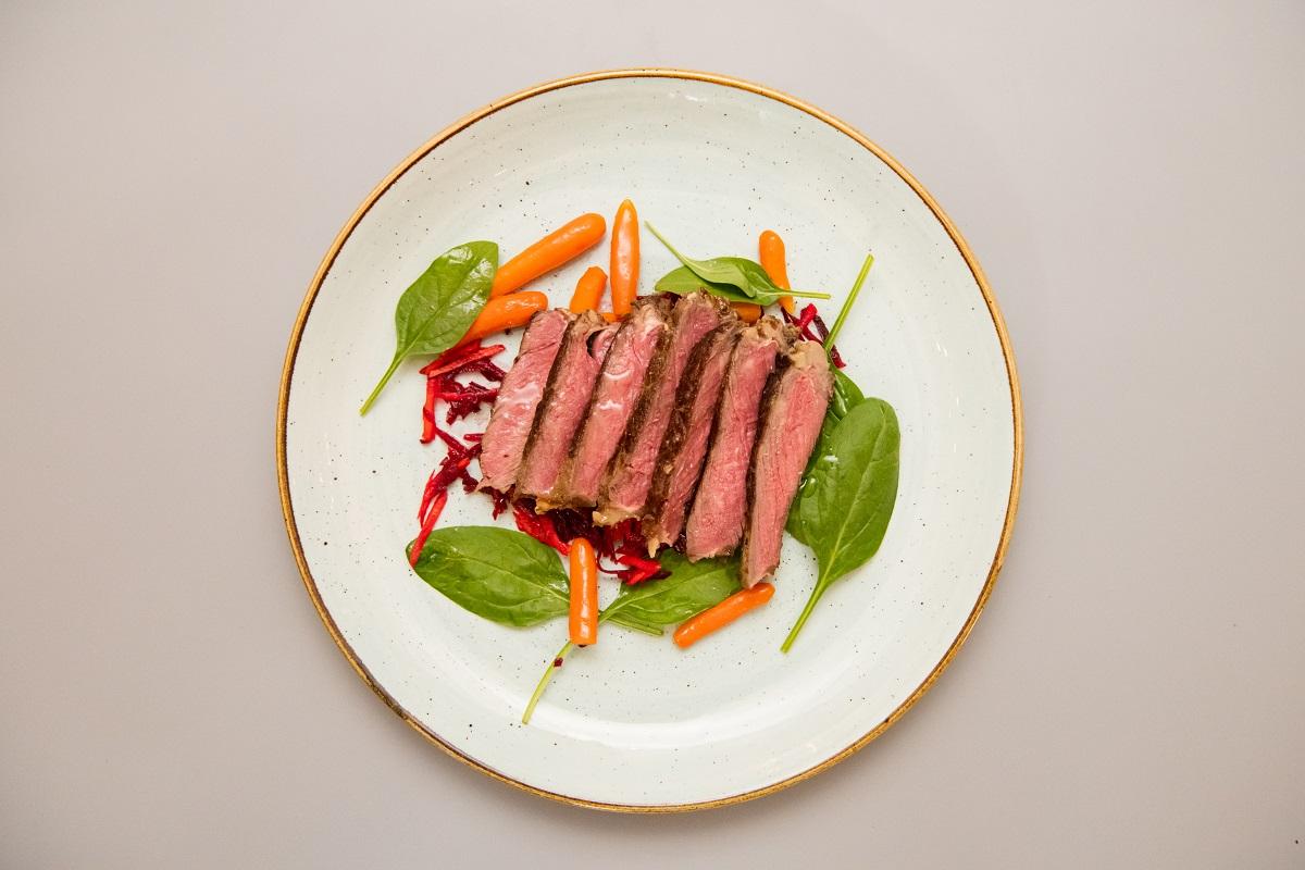 Antricot de vita la cuptor cu salata