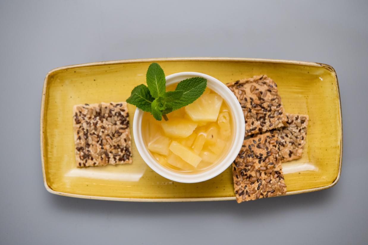 Biscuiti cu seminte de susan, in si floarea soarelui, compot de ananas