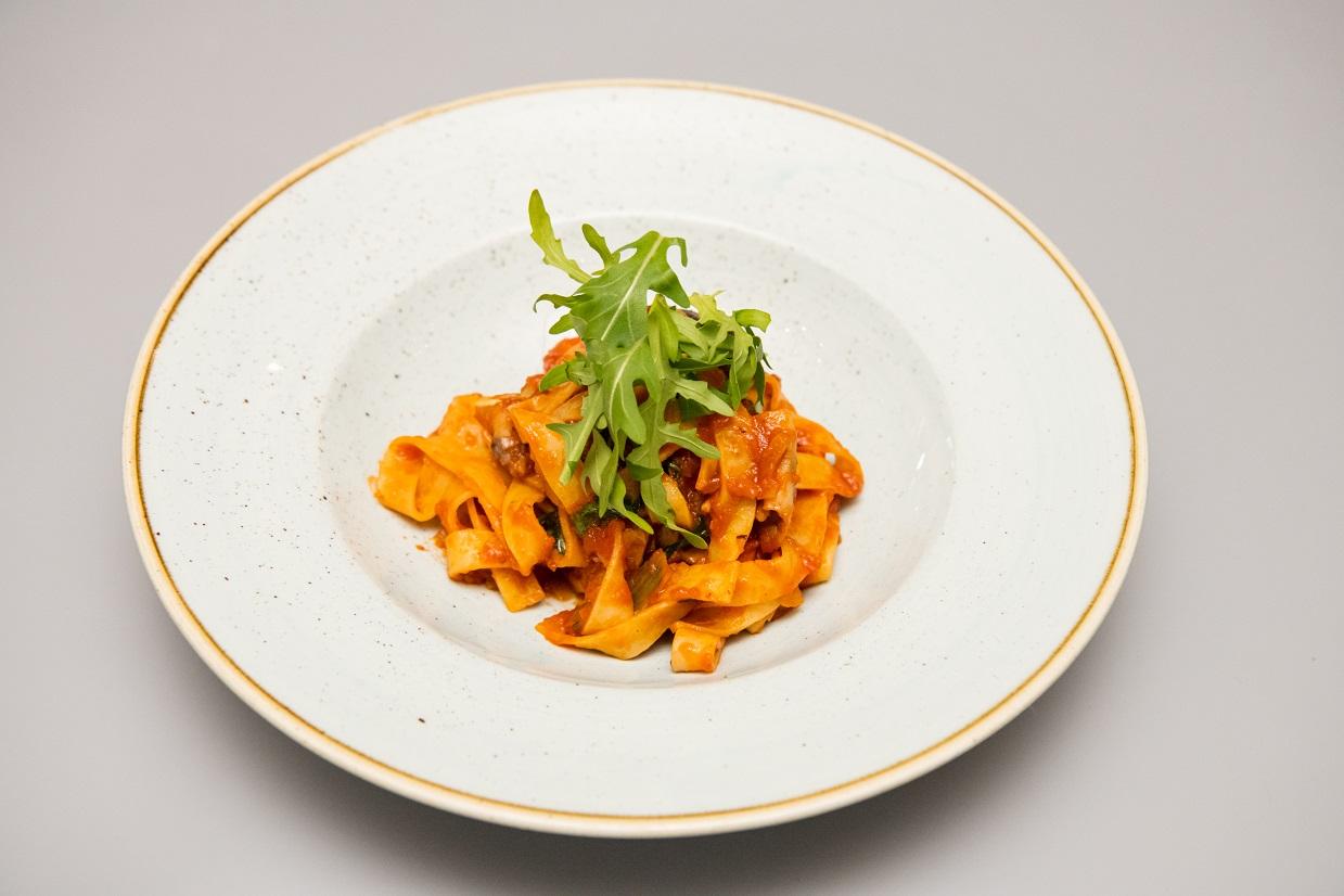 Fettuccini cu ciuperci de padure si rucolla in sos Napoli