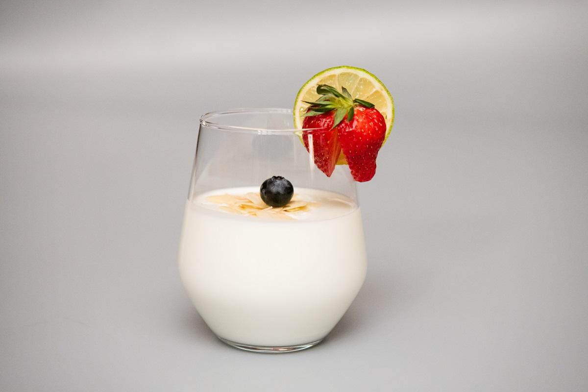 Iaurt si fructe proaspete cu fulgi de migdale