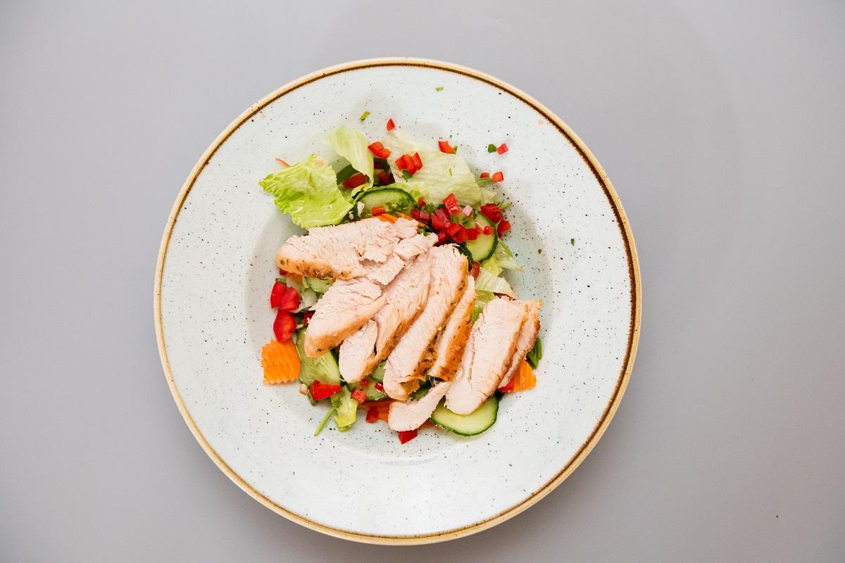 Salata cu piept de curcan si dressing classic