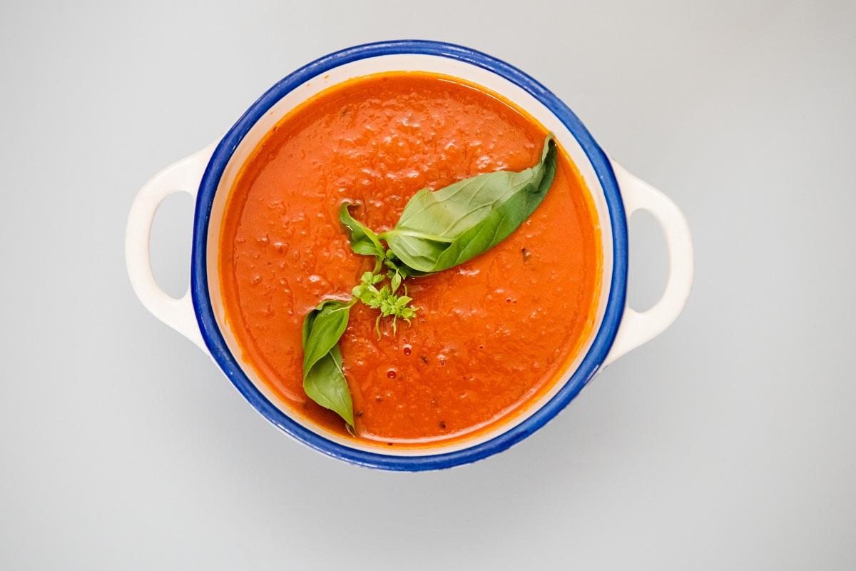 Supa crema de rosii aromatizata cu busuioc
